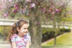απομονωμένο κορίτσι λευκό χαμόγελου Στοκ φωτογραφία με δικαίωμα ελεύθερης χρήσης