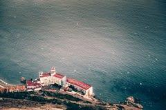Απομονωμένο κτήριο ξενοδοχείων με τη θαυμάσια άποψη θάλασσας στοκ εικόνα με δικαίωμα ελεύθερης χρήσης