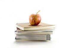 Απομονωμένο κόκκινο μήλο με τα βιβλία Στοκ Εικόνα