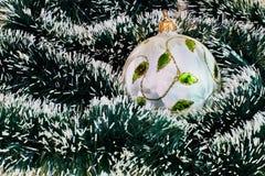 απομονωμένο λευκό δέντρων παιχνιδιών ανασκόπησης Χριστούγεννα στοκ φωτογραφία