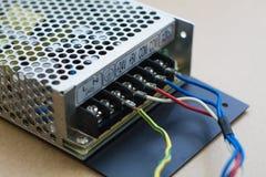 απομονωμένο λευκό μετατροπής παροχής ηλεκτρικού ρεύματος ανασκόπησης κινηματογράφηση σε πρώτο πλάνο στοκ εικόνες