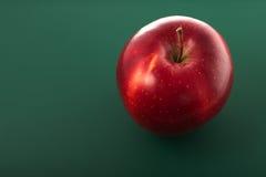 Απομονωμένο μήλο στο πράσινο υπόβαθρο Στοκ φωτογραφία με δικαίωμα ελεύθερης χρήσης