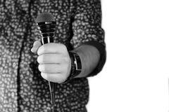 Απομονωμένο μικρόφωνο χέρι ατόμων Στοκ φωτογραφία με δικαίωμα ελεύθερης χρήσης