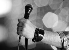 Απομονωμένο μικρόφωνο χέρι ατόμων Στοκ εικόνες με δικαίωμα ελεύθερης χρήσης