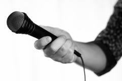 Απομονωμένο μικρόφωνο χέρι ατόμων Στοκ Εικόνα