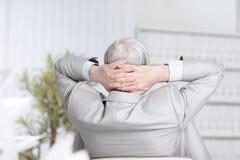 απομονωμένο οπισθοσκόπο λευκό ανώτερος επιχειρηματίας που ονειρεύεται το κάθισμα στο γραφείο του Στοκ φωτογραφία με δικαίωμα ελεύθερης χρήσης