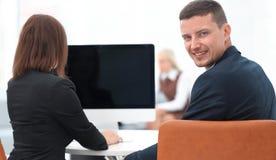 απομονωμένο οπισθοσκόπο λευκό συνεδρίαση επιχειρηματιών στο γραφείο και εξέταση τη κάμερα Στοκ εικόνες με δικαίωμα ελεύθερης χρήσης