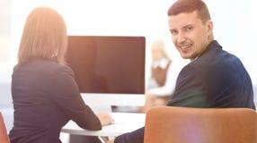 απομονωμένο οπισθοσκόπο λευκό συνεδρίαση επιχειρηματιών στο γραφείο και εξέταση τη κάμερα Στοκ Εικόνα