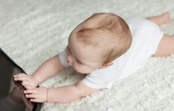 απομονωμένο παίζοντας λευκό ταμπλετών ανασκόπησης μωρών κορίτσι Στοκ φωτογραφίες με δικαίωμα ελεύθερης χρήσης