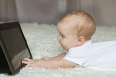 απομονωμένο παίζοντας λευκό ταμπλετών ανασκόπησης μωρών κορίτσι Στοκ Εικόνες
