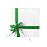 Απομονωμένο παρόν άσπρο κιβώτιο διακοπών με την πράσινη κορδέλλα στοκ εικόνες
