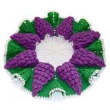 Απομονωμένο πλεγμένο doily στη μορφή ενός ιώδους σταφυλιού με το πράσινο λ στοκ φωτογραφίες