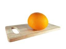 Απομονωμένο πορτοκάλι στον ξύλινο πίνακα Στοκ Εικόνες