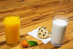 απομονωμένο πορτοκαλί λευκό χυμού Πορτοκαλί επιδόρπιο γάλα μπισκότων στον πίνακα ξύλινο Στοκ Εικόνες