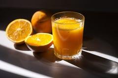απομονωμένο πορτοκαλί λευκό χυμού Στοκ Φωτογραφίες