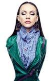 Απομονωμένο πορτρέτο ενός κοριτσιού σε ένα σακάκι δέρματος, πράσινο Στοκ Εικόνα