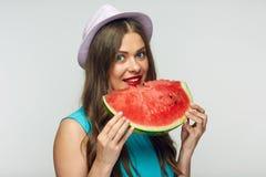 Απομονωμένο πορτρέτο της νέας γυναίκας που τρώει το καρπούζι Στοκ Εικόνες