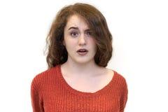 Απομονωμένο πορτρέτο του νέου redhead κοριτσιού γυναικών με την πολύ κόκκινη σγουρή τρίχα με μια έκπληκτη συγκλονισμένη έκφραση σ στοκ εικόνες με δικαίωμα ελεύθερης χρήσης