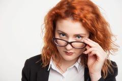 Απομονωμένο πορτρέτο των γυαλιών μιας επιχειρησιακών κοριτσιών εκμετάλλευσης στοκ εικόνες