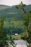 Απομονωμένο σπίτι από την ακτή της λίμνης Achray, σκωτσέζικο Χάιλαντς Στοκ Εικόνες