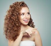 απομονωμένο σύνολο μήκος επιχειρηματιών ανασκόπησης που δείχνει την όμορφη μόνιμη έκπληκτη λευκή γυναίκα E snowdrift μόδας συγκίν στοκ φωτογραφία με δικαίωμα ελεύθερης χρήσης