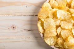 απομονωμένο τσιπ λευκό πατατών Στοκ εικόνα με δικαίωμα ελεύθερης χρήσης