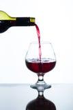 απομονωμένο χύνοντας κόκκινο γυαλί άσπρο κρασί ανασκόπησης Στοκ φωτογραφίες με δικαίωμα ελεύθερης χρήσης