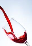 απομονωμένο χύνοντας κόκκινο γυαλί άσπρο κρασί ανασκόπησης Στοκ Εικόνα