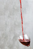 απομονωμένο χύνοντας κόκκινο γυαλί άσπρο κρασί ανασκόπησης Στοκ φωτογραφία με δικαίωμα ελεύθερης χρήσης