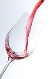 απομονωμένο χύνοντας wineglass κόκκινου κρασιού ανασκόπησης ο Μαύρος Στοκ Εικόνες