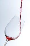 απομονωμένο χύνοντας wineglass κόκκινου κρασιού ανασκόπησης ο Μαύρος Στοκ εικόνα με δικαίωμα ελεύθερης χρήσης