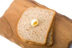 απομονωμένο ψωμί wholemeal χαρτονιών ξύλινο Στοκ εικόνες με δικαίωμα ελεύθερης χρήσης