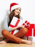 Απομονωμένο δώρο Χριστουγέννων λαβής πορτρέτου γυναικών Santa Χριστουγέννων καπέλο. Στοκ Φωτογραφίες