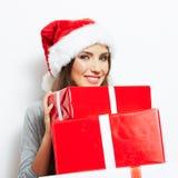 Απομονωμένο δώρο Χριστουγέννων λαβής πορτρέτου γυναικών Santa Χριστουγέννων καπέλο. Στοκ φωτογραφίες με δικαίωμα ελεύθερης χρήσης