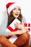 Απομονωμένο δώρο Χριστουγέννων λαβής πορτρέτου γυναικών Santa Χριστουγέννων καπέλο Στοκ Εικόνες