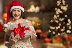 Απομονωμένο δώρο Χριστουγέννων λαβής πορτρέτου γυναικών Santa Χριστουγέννων καπέλο Στοκ Φωτογραφία