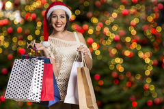 Απομονωμένο δώρο Χριστουγέννων λαβής πορτρέτου γυναικών Santa Χριστουγέννων καπέλο Στοκ φωτογραφίες με δικαίωμα ελεύθερης χρήσης