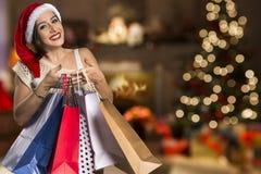 Απομονωμένο δώρο Χριστουγέννων λαβής πορτρέτου γυναικών Santa Χριστουγέννων καπέλο Στοκ Φωτογραφίες