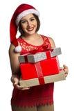 Απομονωμένο δώρο Χριστουγέννων λαβής πορτρέτου γυναικών Santa Χριστουγέννων καπέλο Στοκ φωτογραφία με δικαίωμα ελεύθερης χρήσης