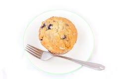 Απομονωμένο muffin βακκινίων σε ένα πιάτο με το δίκρανο Στοκ Φωτογραφία