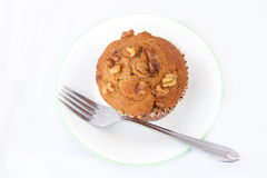 Απομονωμένο muffin καρυδιών σε ένα πιάτο με το δίκρανο Στοκ Εικόνες