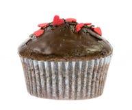 Απομονωμένο muffin σοκολάτας με τις κόκκινες καρδιές ζάχαρης Στοκ εικόνες με δικαίωμα ελεύθερης χρήσης
