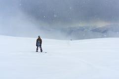 Απομονωμένο snowboarder που στέκεται στα βουνά σε έναν χιονώδη τομέα Στοκ Φωτογραφία