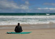απομονωμένο surfer παραλιών Στοκ Φωτογραφία