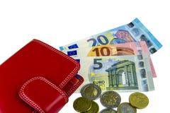 Απομονώστε στο λευκό Μετρητά της ΕΕ Τραπεζογραμμάτια 5, 10, 20 ευρώ νομίσματα μερικά Κόκκινο πορτοφόλι γυναικών ` s Στοκ Φωτογραφίες
