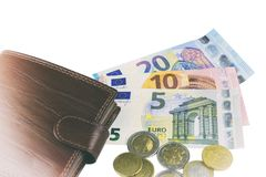 Απομονώστε στο λευκό Μετρητά της ΕΕ Τραπεζογραμμάτια 5, 10, 20 ευρώ νομίσματα μερικά Καφετί πορτοφόλι ατόμων ` s Στοκ φωτογραφίες με δικαίωμα ελεύθερης χρήσης