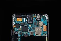 Απομονώστε το αποσυντεθειμένο κινητό τηλέφωνο smartphone στο μαύρο υπόβαθρο Κινητή τεχνολογία έννοιας Στοκ Φωτογραφία