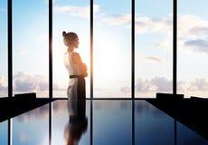 απομόνωση επιχειρηματιών ανασκόπησης που σκέφτεται άσπρη στοκ φωτογραφίες