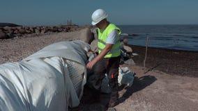 Απομόνωση πετρών επιθεώρησης εργαζομένων στις αποβάθρες απόθεμα βίντεο