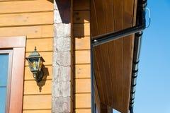 Αποξήρανση ενός ξύλινου σπιτιού τεχνολογία επικοινωνίες Κτήριο στοκ εικόνα